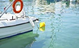 Barco de pesca con la isla amarilla Grecia de Aegina de la boya Foto de archivo