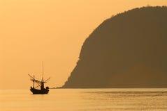 Barco de pesca con la luz de la mañana. Foto de archivo