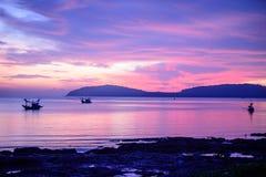 Barco de pesca con la luz de la mañana Foto de archivo