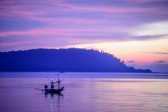 Barco de pesca con la luz de la mañana Imagenes de archivo