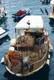 Barco de pesca con las redes foto de archivo