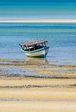 Barco de pesca con marea baja Imagen de archivo