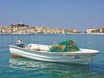 Barco de pesca con Primosten en Dalmacia Fotografía de archivo