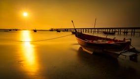 Barco de pesca con puesta del sol Imágenes de archivo libres de regalías