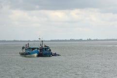Barco de pesca das explosões imagem de stock royalty free