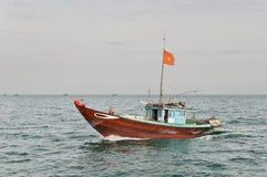 Barco de pesca de cruzamento Fotos de Stock