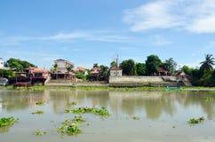 Barco de pesca de la cola larga en Chao Phraya River en Ayutthaya, Tailandia Foto de archivo