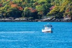 Barco de pesca de la langosta en otoño en Maine costero, Nueva Inglaterra Fotografía de archivo libre de regalías