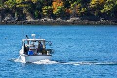 Barco de pesca de la langosta en otoño en Maine costero, Nueva Inglaterra Imagenes de archivo