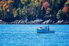 Barco de pesca de la langosta en otoño en Maine costero, Nueva Inglaterra Imágenes de archivo libres de regalías