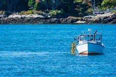 Barco de pesca de la langosta en otoño, Nueva Inglaterra Fotografía de archivo