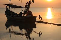 Barco de pesca de la silueta del paisaje del mar Imagen de archivo