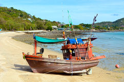 Barco de pesca de madeira na praia. Fotos de Stock