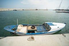 Barco de pesca de madeira no cais Sarafovo em Bourgas, Bulgária fotografia de stock royalty free