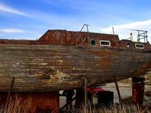 Barco de pesca de madeira velho na costa closeup retro verão Novorossiysk, Rússia Fotos de Stock
