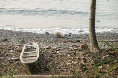 Barco de pesca de madera en la isla tropical de Sao Tome foto de archivo