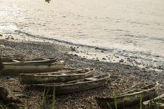 Barco de pesca de madera en la isla tropical de Sao Tome imagen de archivo libre de regalías