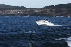 Barco de pesca de Recreatinal en el mar. Fotos de archivo libres de regalías