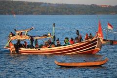 Barco de pesca del Balinese en el puerto en la playa de Jimbaran, Bali imágenes de archivo libres de regalías