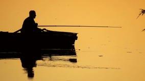 Barco de pesca del pescador almacen de video