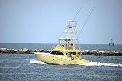 Barco de pesca desportiva amarelo foto de stock