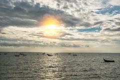Barco de pesca do céu azul e da silhueta fotografia de stock royalty free