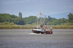 Barco de pesca do caranguejo que retorna em casa Fotos de Stock