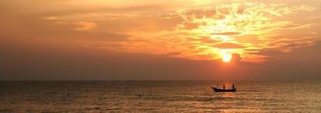 Barco de pesca do nascer do sol foto de stock royalty free