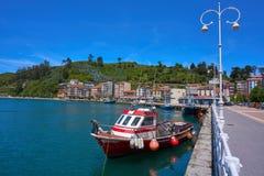 Barco de pesca do porto de Ribadesella na Espanha das Astúrias fotos de stock royalty free