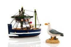 Barco de pesca e gaivota de mar Fotos de Stock Royalty Free