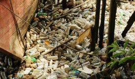 Barco de pesca e lotes abandonados do desperdício do plástico fotografia de stock