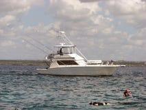 Barco de pesca e snorkeling no recife coral Imagem de Stock