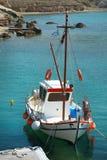 Barco de pesca em Mandrakia na ilha dos Milos imagens de stock royalty free
