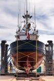 Barco de pesca em um estaleiro para a manutenção Fotos de Stock Royalty Free
