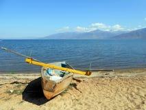 Barco de pesca em um plaz fotografia de stock royalty free
