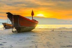 Barco de pesca em uma praia Fotos de Stock Royalty Free