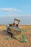 Barco de pesca em uma praia fotos de stock