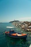 Barco de pesca en agua Foto de archivo