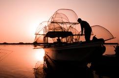 Barco de pesca en amanecer Imagenes de archivo