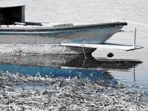 Barco de pesca en azul dominante fotografía de archivo
