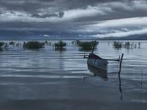 Barco de pesca en el amanecer Fotografía de archivo