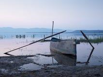 Barco de pesca en el amanecer Imagenes de archivo