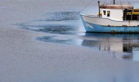Barco de pesca en el amanecer Fotos de archivo libres de regalías