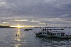 Barco de pesca en el amanecer Foto de archivo libre de regalías