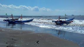 Barco de pesca en el borde de la playa Fotografía de archivo libre de regalías