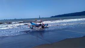 Barco de pesca en el borde de la playa Fotografía de archivo