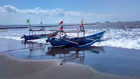Barco de pesca en el borde de la playa Fotos de archivo libres de regalías