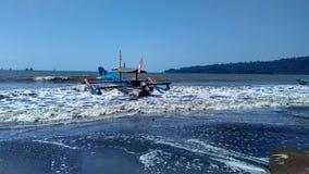 Barco de pesca en el borde de la playa Imagenes de archivo