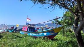 Barco de pesca en el borde de la playa Foto de archivo libre de regalías