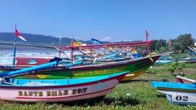 Barco de pesca en el borde de la playa Imagen de archivo libre de regalías